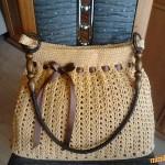 Béžová taška se stuhou