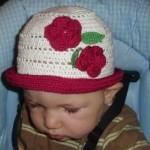 Bílý klobouček s malinovou kytkou