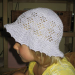 Bílý klobouček s filetovým vzorem