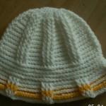 Žluto-bílý háčkovaný klobouček