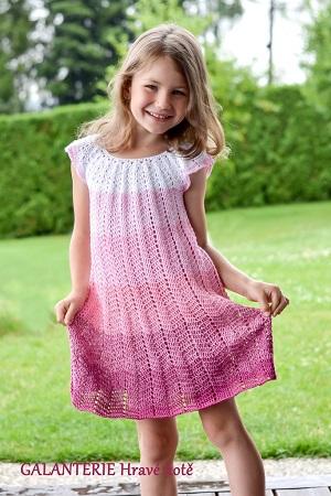 4b23a6f273f8 Dětské letní duhové šaty. Návod na háčkované šatičky pro dětskou velikost  cca 5 let. Model je háčkovaný z duhového klubka (3-nitka) háčkem č. 3.