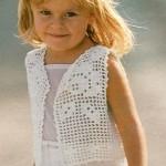Filetově háčkovaná vestička pro děvčátko